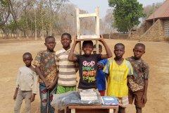 Ovaj dječak nije imao stol i stolicu u školi pa je i to kupio i na glavi donio da pokaže don Ivanu